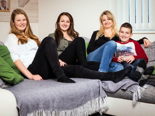 Familie auf dem Sofa.