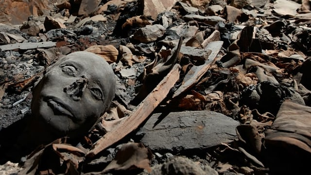Ein Grab. Man sieht Trümmer.