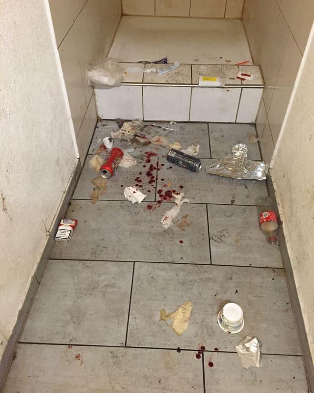 Der Dreck liegt auch im Badezimmer.