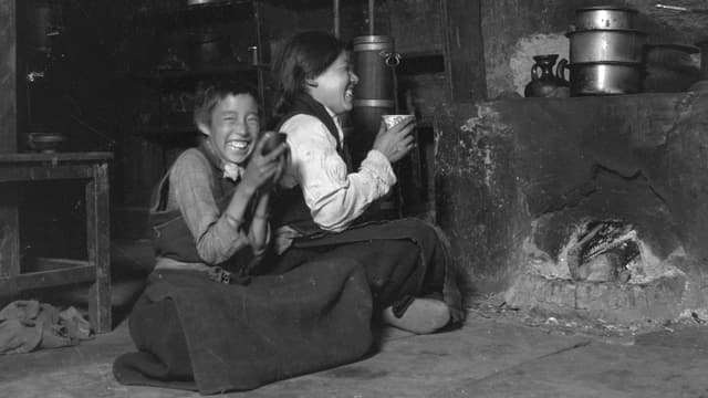 Küche und Herdstelle in einem tibetischen Wohnhaus.