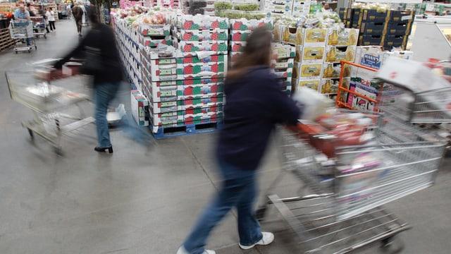 Personen im Warenhaus am Einkaufen.