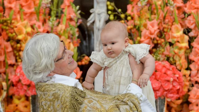 Baby wird von  Antje Jackeleni in die Luft gehalten