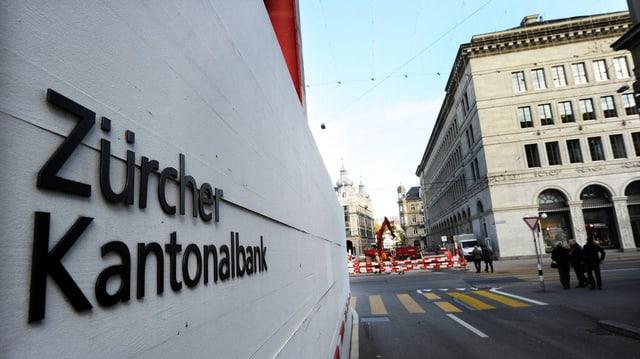 Baustellenabschrankung mit Aufschrift Zürcher Kantonalbank
