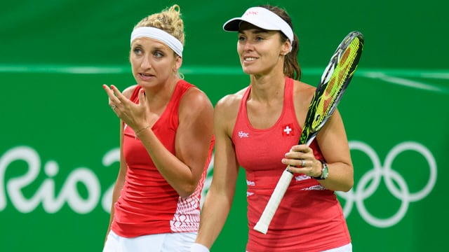 Timea Bacsinszky und Martina Hingis in Aktion.