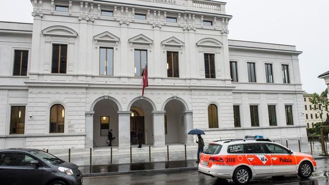 Ein Polizeiauto steht vor dem Bundesstrafgericht in Bellinzona.