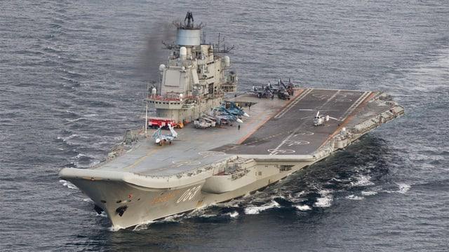 Luftaufnahme des Flugzeugträgers.