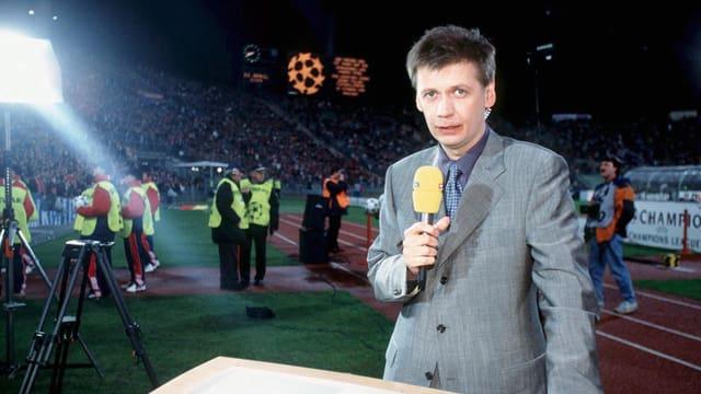 Günther Jauch mit Mikrophon im Stadion.