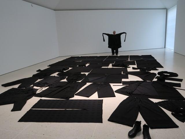 schwarze Kleider am Boden.