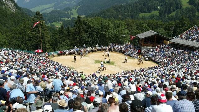 Volle Zuschauerreihen in der Schwinger-Arena auf dem Brünig.