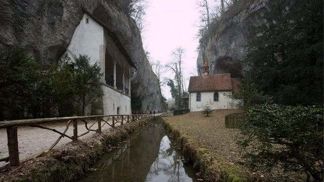 Ina chapella è da vart sanestra ed ina da vart dretga dal dutg a Sontga Verena.