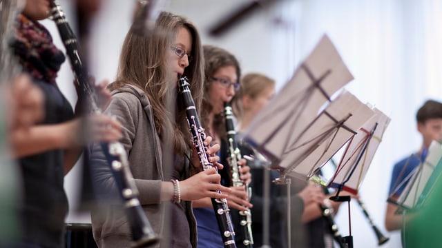 Mattas che sunan clarinetta.