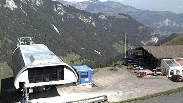 Bergstation Nüegg der Wiriehornbahnen mit Berghaus.