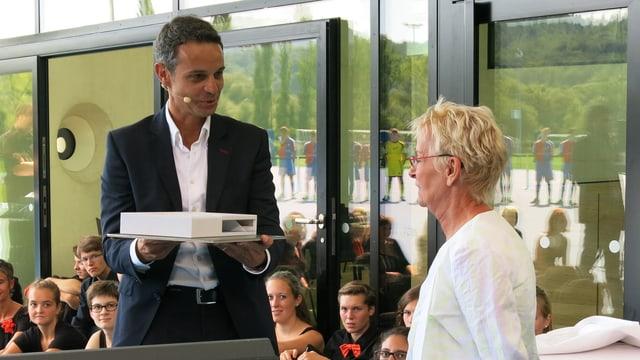 Bernhard Heusler übergibt Gigi Oeri ein Modell des Campus.
