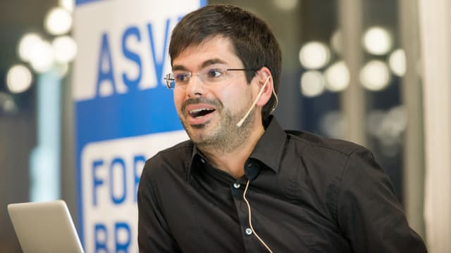 Martin Müller spricht an einer Konferenz