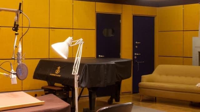 Das Studio ist sehr speziell eingerichtet: Die blauen Türen hinten haben zum Beispiel diverse Klinken und Schlösser mit Schlüsseln. So lassen sich viele verschiedene Geräusche erzeugen.
