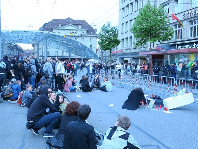 Sitzprotest gegen Media-Markt auf den Tram-Gleisen am Berner Bahnhof.