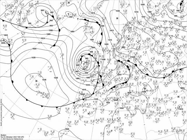 Bodenwetterkarte Europa Zeitpunkt Samstag 2 Uhr am Morgen. Man sieht die eng gestaffelten Isobaren um das Sturmtief Elmar bei Irland.