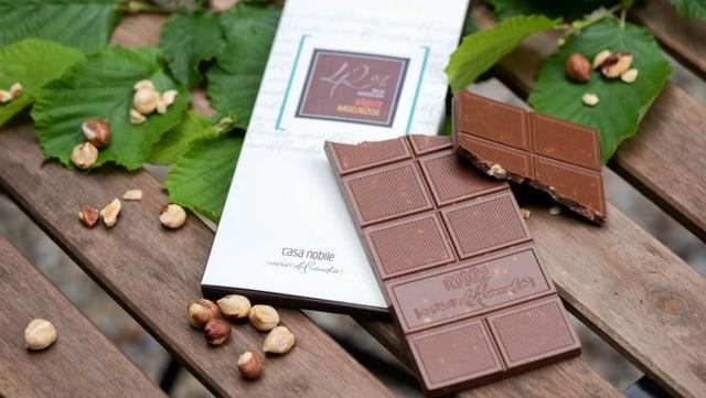 Aus den Nüssen wird Schokolade
