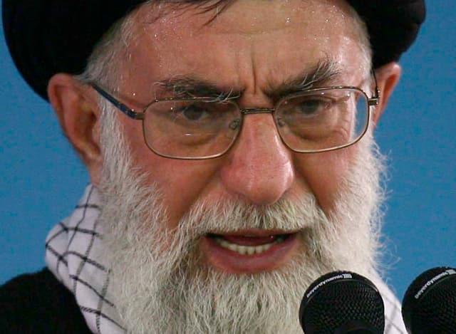 Ayathollah Ali Khamenei am Mikrophon.