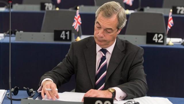 Farage im EU-Parlament sitzend.
