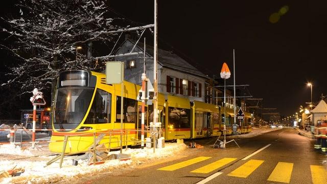 BLT Tram ist aus den Schienen gesprungen und steht bei Bahnschranke