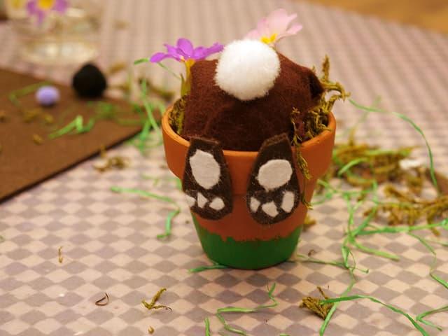 Was sucht denn dieser Osterhase im Blumentopf? Unter dem Hasen versteckt sich übrigens ein Osterei!