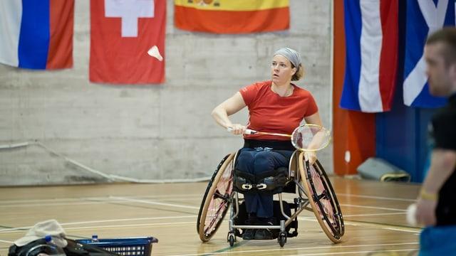 Karin Suter im Rollstuhl während eines Badmintonspiels