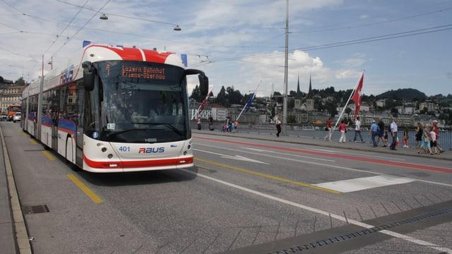 Bus auf einer Brücke.