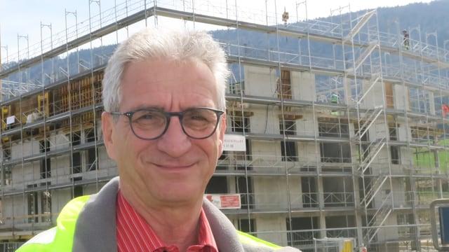 Baunternehmer Paolo Annoni vor seiner Baustelle