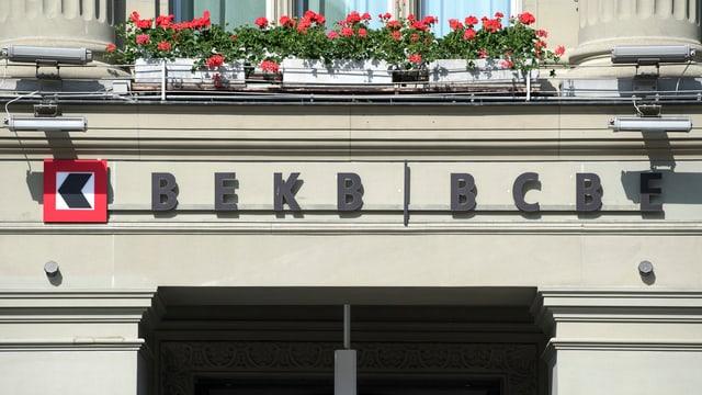 Logo der Berner Kantonalbank an Hausfront.