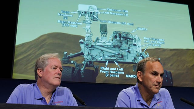 Nasa-Wissenschaftler John Grotzinger (re.) und Michael Meyer auf einer Pressekonferenz im August 2012.