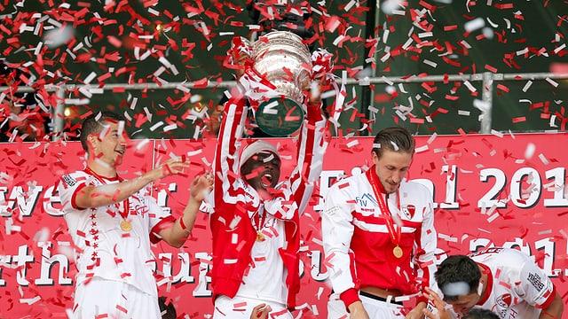 Feiernde Spieler des FC Sion.