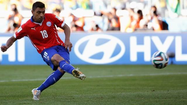 Gonzalo Jara schiesst einen Elfmeter.