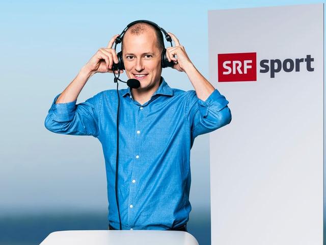 Michael Weinmann posiert mit Kopfhörer.