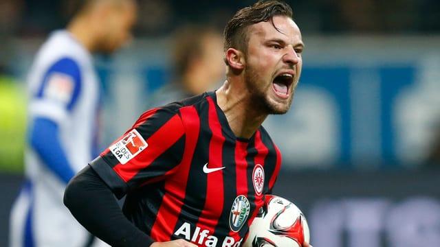 Haris Seferovic jubelt mit dem Ball unter dem Arm.