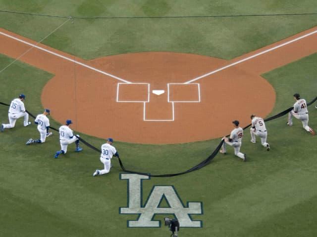 Die Spieler der Los Angeles Dodgers und der San Francisco Giants gehen auf ein Knie.