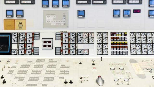Ein Pult mit Messanzeigen, Instrumenten und Reglern des Reaktors im Kontrollraum, am 27. November 2019 in Muehleberg.