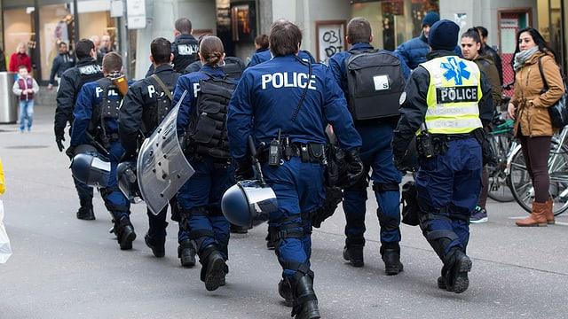 Berner Polizeibeamte marschieren anlässlich eines Einsatzes in der Stadt Bern auf.