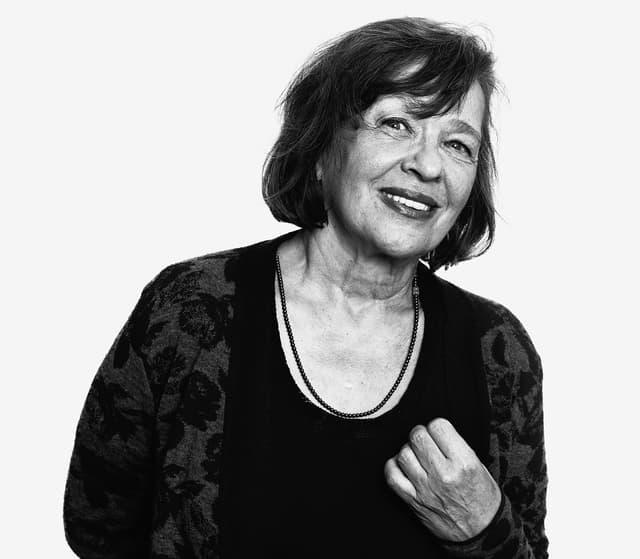 Schwarzweissbild der Schriftstellerin Zsuszanna Gahse.