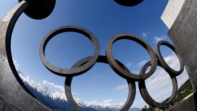Ils tschintg rintgs olimpics or da metal. Tras ils rintgs vesa ins il tschiel.
