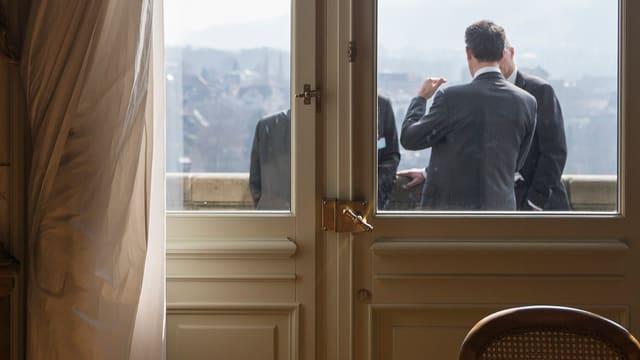 Auf eine Zigarette? Auch auf dem Balkon wird hitzig debattiert.