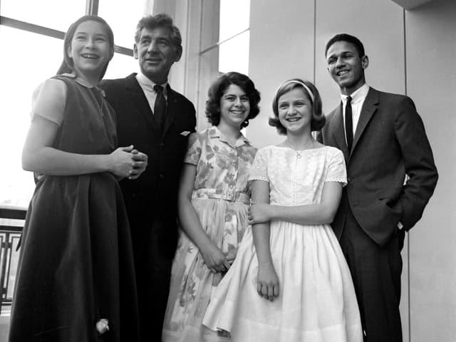 Bernstein posiert mit vier jungen Leuten für ein Foto