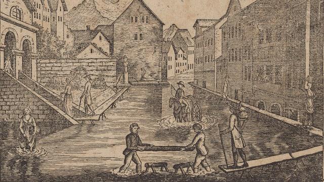 Menschen stehen in einer überfluteten Stadt im Wasser