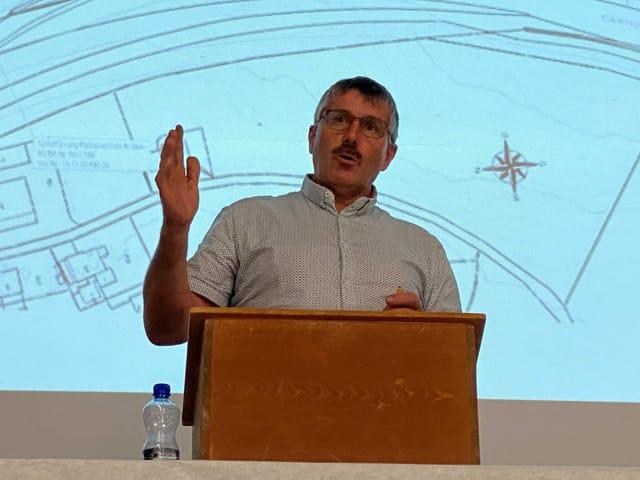 Il president communal d'Andeer Hans Andrea Fontana è era en la cuminanza d'interess da la baselgia d'autostrada.