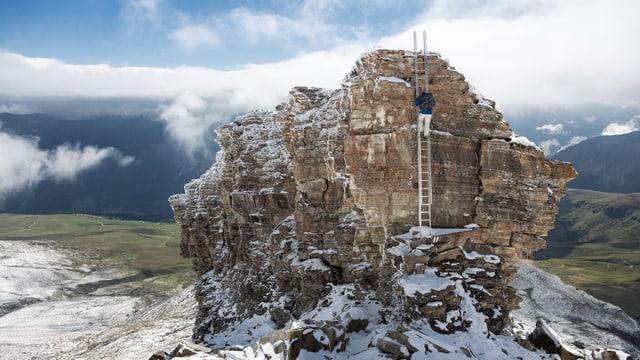 In alpinist raiva sin il Beverin Pintg ch'è curclà cun naiv.