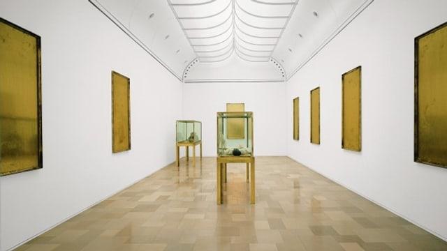 2 Vitrinen, bestückt mit Objekten: Die Installation «Palazzo Regale» von Joseph Beuys.