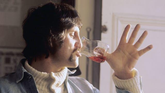 Luigi Colani führt 1973 ein von ihm gestaltetes Weinglas vor, das statt Stiel eine Vertiefung im Boden hat.