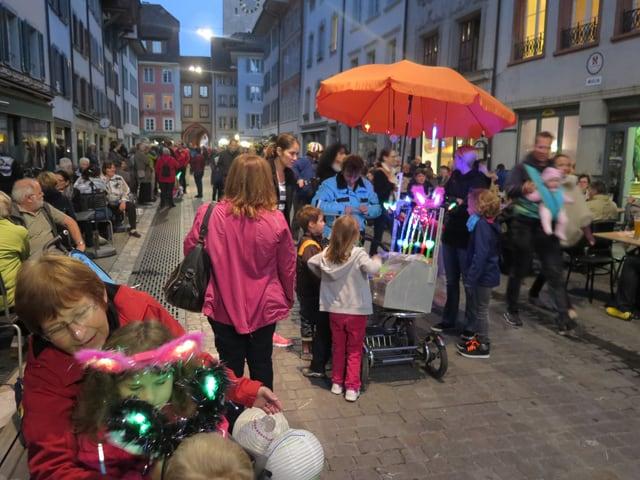 Menschen stehen links und rechts einer Gasse in der Aarauer Altstadt