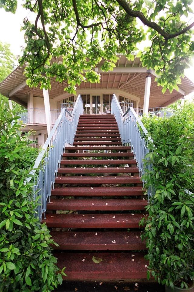 Treppe führt zu einem Pavillon.