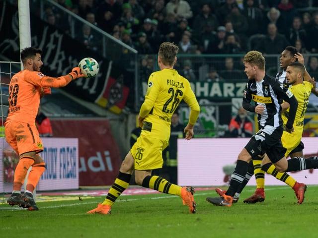 Roman Bürki pariert einen Ball von Nico Elvedi.